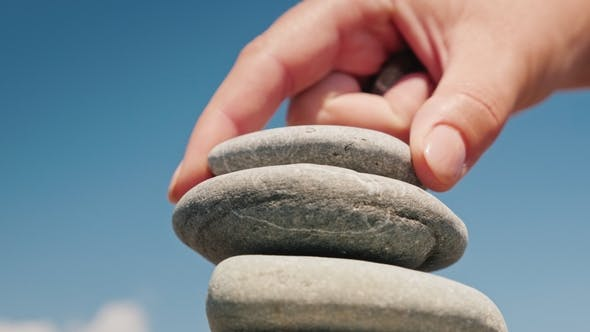 Thumbnail for Die Hand legt den Stein in den Turm. Balance und Balance Konzept