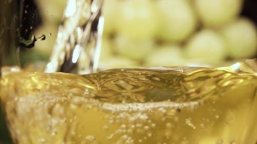 Gießen Sie ein Getränk in ein Glas