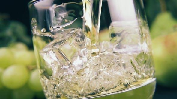 Gießen Sie Bourbon in ein Glas Eis