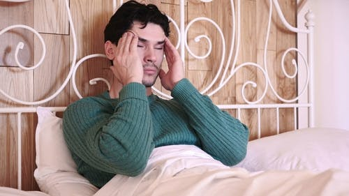 Mann mit Spannung und Kopfschmerzen