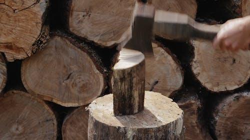 Holz-Schneidearbeiter Hacken Holz im Freien