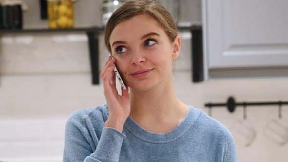 Thumbnail for Porträt der jungen Frau im Gespräch auf Handy