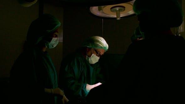Team von Chirurgen im Operating Theater.