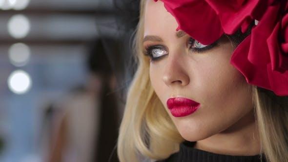 Thumbnail for Wunderschöne Gothic Frau posiert für Kamera