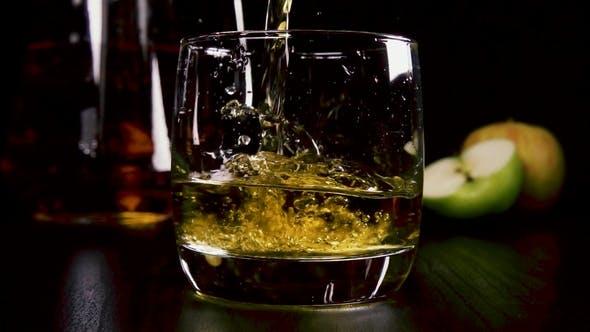 Thumbnail for in einem starken alkoholischen Getränk in einem Glas Gießen Sie den Saft