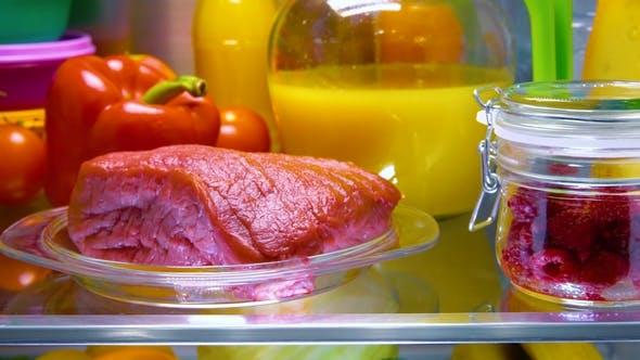 Thumbnail for Frisches rohes Fleisch auf einem Regal Offener Kühlschrank