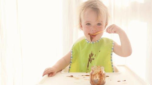 Baby wird chaotisch Essen Schokoladenpudding