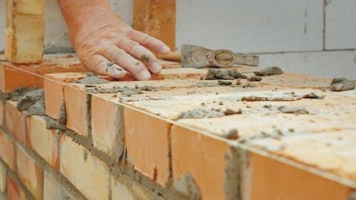 Ein erfahrener Arbeiter macht ein Mauerwerk