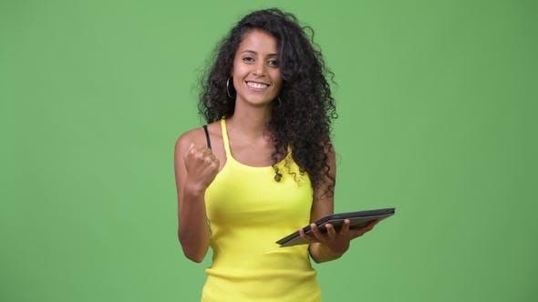 Thumbnail for Junge Schöne Hispanische Frau mit digitalen Tablet und immer gute Nachrichten