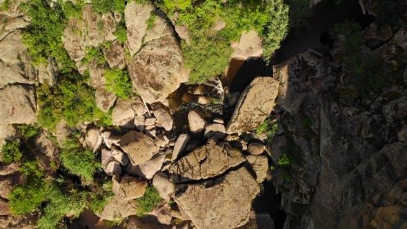 Thumbnail for Luftbild. Fliegen über schöne Schlucht in wilder Natur Landschaft