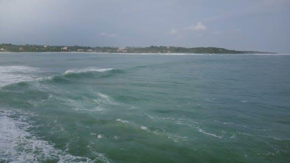 Thumbnail for Drohne Kamera dreht sich nach links, um riesige Ozeanwelle zu folgen