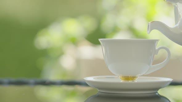 Kaffee in elegantes Porzellan gießen