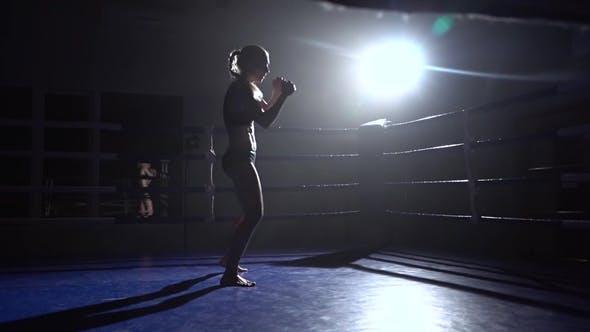 Thumbnail for Athlet in einem leeren Ring tritt