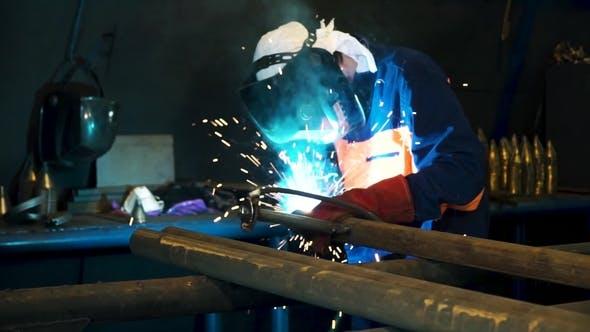 Thumbnail for Arbeiter-Schweißkonstruktion von MIG Welding. Clip. Arbeiter Schweißen des Stahlteils manuell