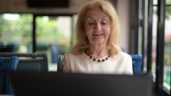 Thumbnail for Senior Frau mit Laptop Computer