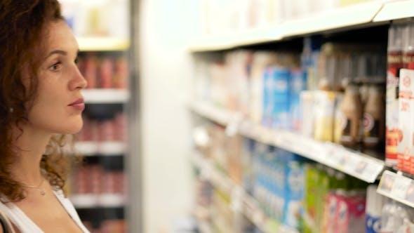Mädchen Kauf Molkerei im Supermarkt