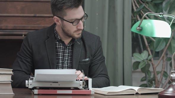 Thumbnail for Konzentrierter Editor Prüfen von Informationen im Buch und Tippen auf Red Vintage Typewriter