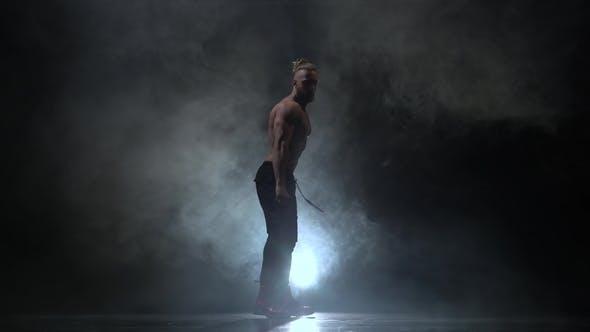 Thumbnail for gepumpt bis Kerl tanzt sexy Tanz. Black Smoke Hintergrund