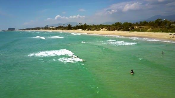 Thumbnail for Oiseau Vol Seacoast et Océan Azure avec Surfeurs