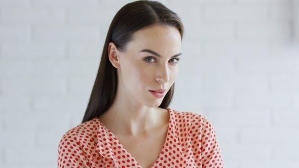 Thumbnail for Elegante Frau Blick auf Kamera