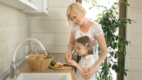 Mutter lehrt Tochter zu schneiden apple