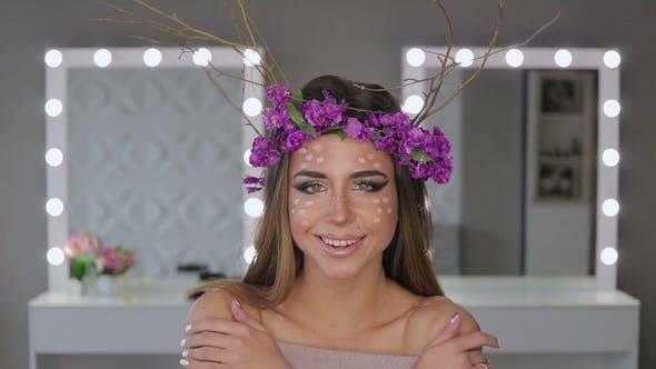 Thumbnail for Frau im Blumenkranz stehend mit Spiegeln hinter