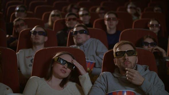 Zuschauer in 3D Brille gespannt beobachten beängstigend Film