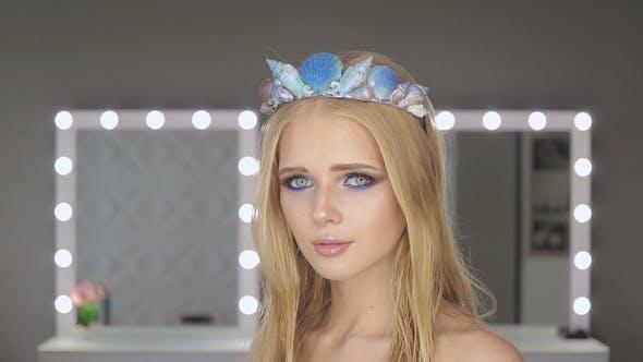 Thumbnail for Frau mit blonden Haaren und blauen Augen im Zimmer mit Spiegel