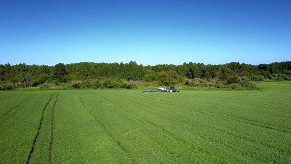 Thumbnail for Traktor streut Pestizide gegen Wanzen auf landwirtschaftlichem Feld