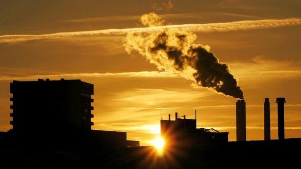 Thumbnail for Raffinerieanlage Silhouette mit Schornstein Rauch gegen Sonnenuntergang