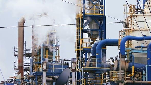 Thumbnail for Moderner Raffineriekomplex mit Türmen und Rauch gegen den Himmel