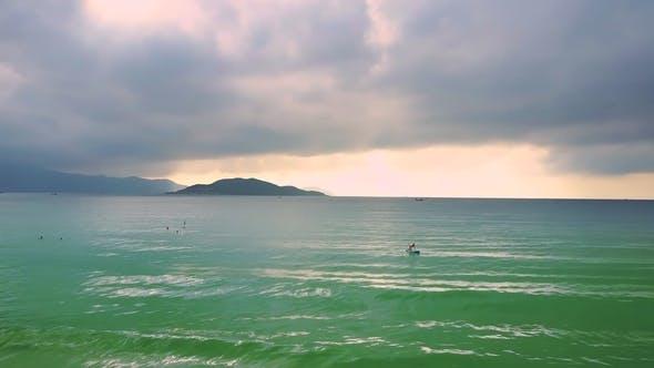 Thumbnail for Wolken hängen über dem Ozean und Mädchen Figur auf Paddleboard