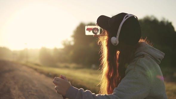 Hipster fügt in die Kassette im Kassetten-Player ein und Musik hören