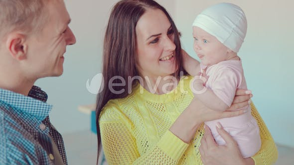 Junge Familie spielt mit 5 Monate altem Baby