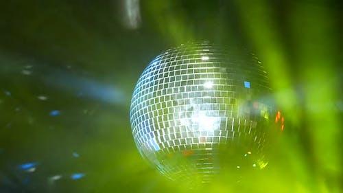 Die rotierende Schicht spiegelt und reflektiert Lichtstrahlen und erzeugt ein magisches Nachtclub-Bild