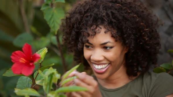 Thumbnail for Junge Frau posiert mit Blume