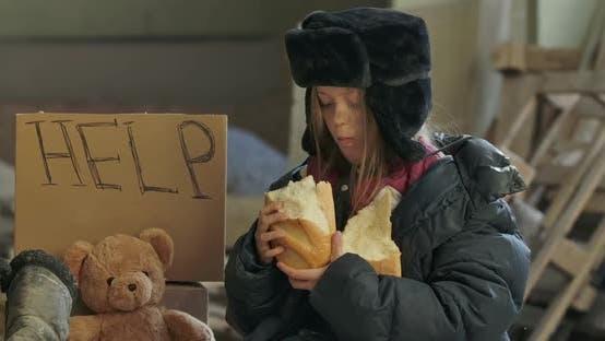 Thumbnail for Porträt eines syrischen Flüchtlings mit Dirty Gesicht Essen gierig der Laib Brot
