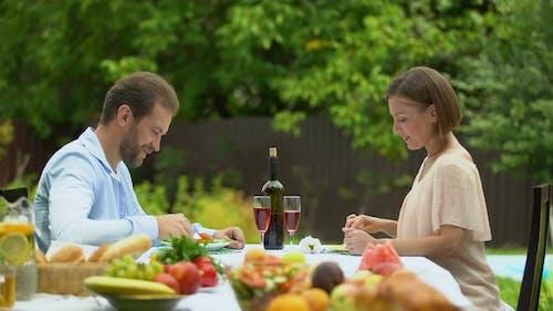 Familie isst vegetarisches Essen am Tisch, vitaminisierte Ernährung, gesunder Lebensstil