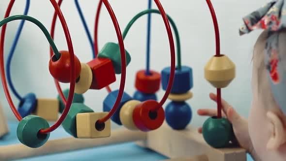 Thumbnail for Kind spielt mit einem mehrfarbigen Spielzeug