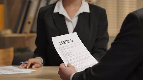 Partner diskutieren Vertrag Bewerber für Job