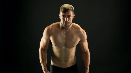 Mann mit muskulösem Körper ist Training