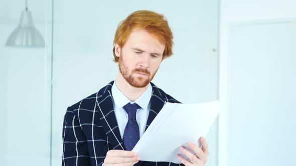 Thumbnail for Lesen Büro Dokumente bei der Arbeit, Bart Mann mit roten Haaren