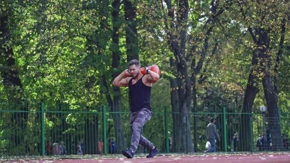 Thumbnail for Der Mann trainiert im Stadion. Fitte Athlet macht Übungen im Stadion
