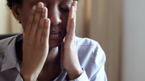 Nahaufnahme Porträt der frustrierten Depressiv junge Afroamerikanerin fühlen Stress Angst, Sorgen
