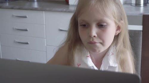 Müdes Kind lernt online