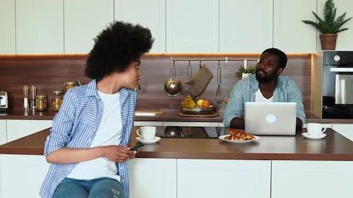 couple afro-américain prenant le petit déjeuner