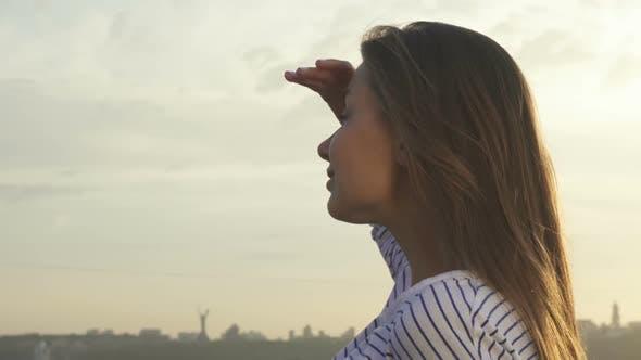 Thumbnail for Niedlich Mädchen Blick in die Entfernung der Stadt