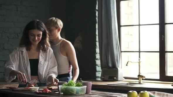 Thumbnail for Zwei Happy Pretty Junge Lesben Mädchen Stehen in Küche Kochen Frühstück. Spbd zärtliche Freundinnen