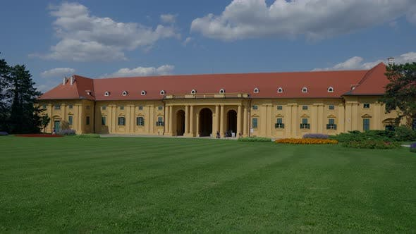 Lednice Palace mit Blumengarten Tschechien