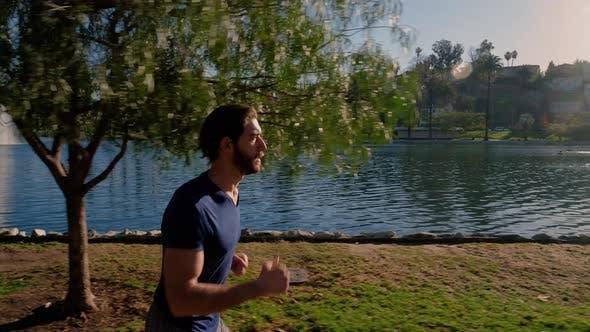 Sportlicher Mann Joggen um einen Kleinen See